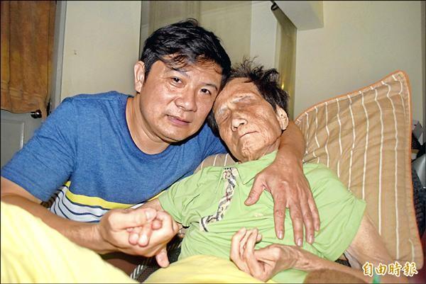 高導民(左)照顧病母三十四年,獲內政部全國孝行獎。(記者陳韋宗攝)
