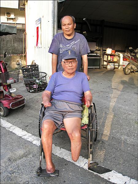 潘世常(後)照顧四肢被截肢的父親(前)多年,被選為全國孝行楷模。(杉林區公所提供)