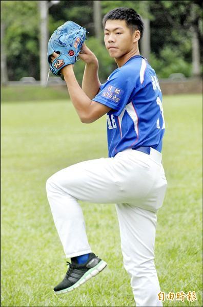 國立中興高中棒球隊應屆畢業生彭世杰,被職棒義大犀牛隊選中,成為該隊牛棚中的一員。(記者陳鳳麗攝)