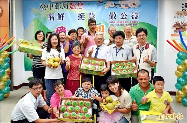 台中郵局協助果農銷售梨子,每賣出一盒將捐十元給台中育嬰院。(記者張菁雅攝)