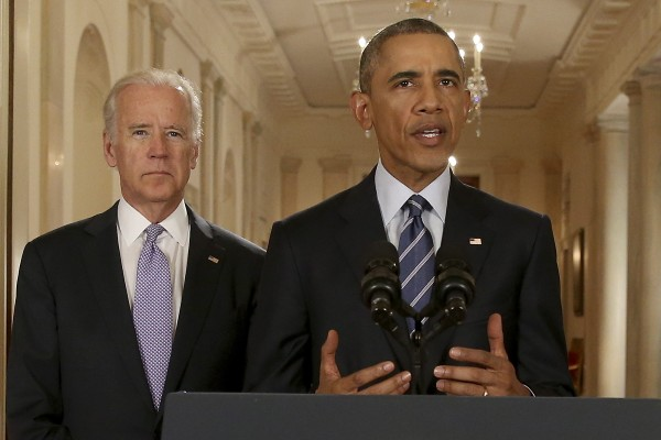 歐巴馬在拜登陪同下發表談話。(美聯社)