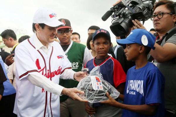 馬英九出訪友邦多明尼加,他捐贈了1000輛機車和80輛救護車。(圖擷取自馬英九臉書)