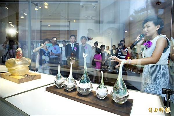 英國藝術家貝馬丁與香港藝術家陳韻晴(右),在新竹市玻工館展出作品,圖為新竹市長林智堅等人到場參觀。(記者傅潮標攝)