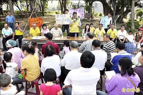 反對竹南鎮公所打算將鎮立幼兒園「轉型」,代表會昨天在鎮幼前廣場召開座談會,傾聽民意。(記者彭健禮攝)
