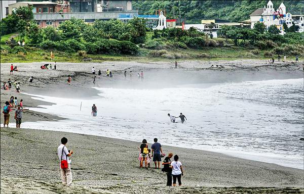 內埤海灘為「陡降型」沙灘,易產生「反捲流」,將人捲入海中。(圖:讀者李忠衛提供)