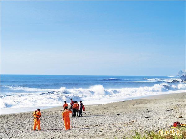 董姓與楊姓情侶到南方澳內埤海灘踏浪,不慎被海浪捲入海中。(記者王揚宇攝)