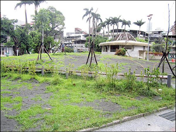 嘉興公園土丘造景像墳墓,惹來民怨。(簡舒培辦公室提供)