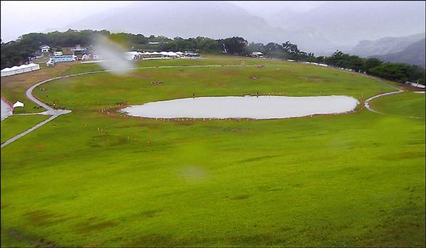 台灣熱氣球嘉年華活動主場地鹿野高台因瞬間暴雨,草地區積水有一個籃球場大,從高處看去,民眾笑稱有像嘉明湖。(記者王秀亭翻攝)