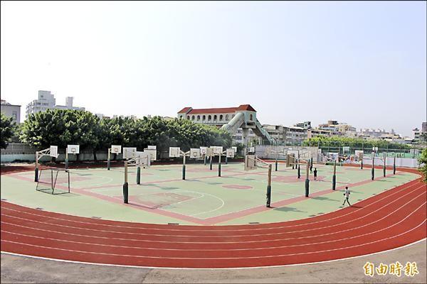 彰安國中沒有遮風避雨的學生活動中心,連籃球場也完全開放,學生在大太陽下打球常被曬得頭皮發燙。(記者張聰秋攝)