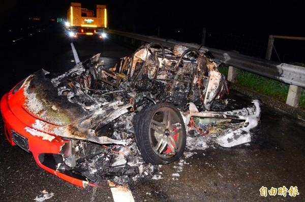 法拉利發生事故、起火,現場令人怵目驚心。(記者吳俊鋒攝)