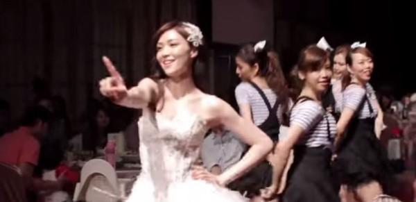 超正醫師新娘讓網友頻問「新娘有粉絲專頁嗎」。(圖擷自YouTube)