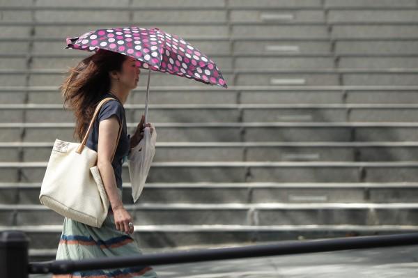 日本近日氣溫飆升,昨天一天就有820人中暑。(彭博社)
