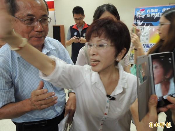 白色正義社會聯盟在臉書上發起「0719挺柱台灣活動」,表示洪秀柱是他們唯一支持的「正派正道總統候選人」。圖為洪秀柱到高雄參加問政說明會。(資料照,記者蔡清華攝)