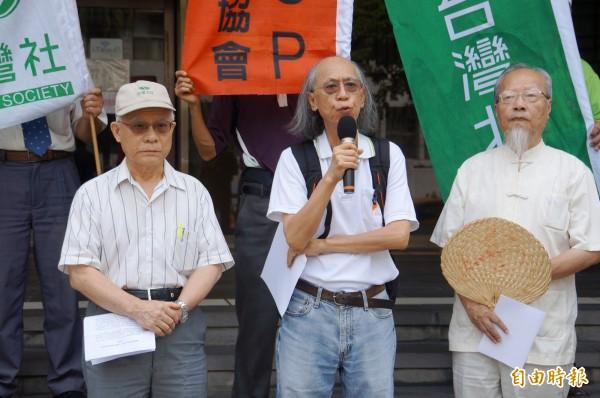 台灣教授協會會長張信堂(拿麥克風者)等人,今早向北檢告發前教育部長蔣偉寧。(記者錢利忠攝)