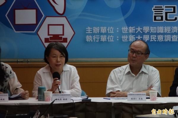 世新大學新聞系教授鍾起惠(左)認為,傳統媒體應該提供更優質深度且查證過的資訊。(記者吳柏軒攝)