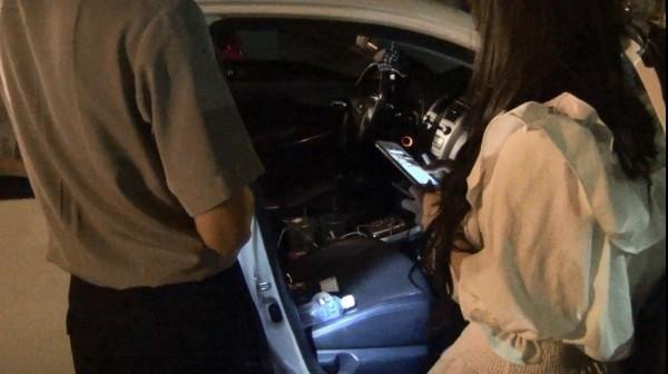 藍女一下車即怒嗆員警,但車上和包包被起出毒品後,態度丕變,趕緊打電話向老爸求救。(記者蘇福男翻攝)