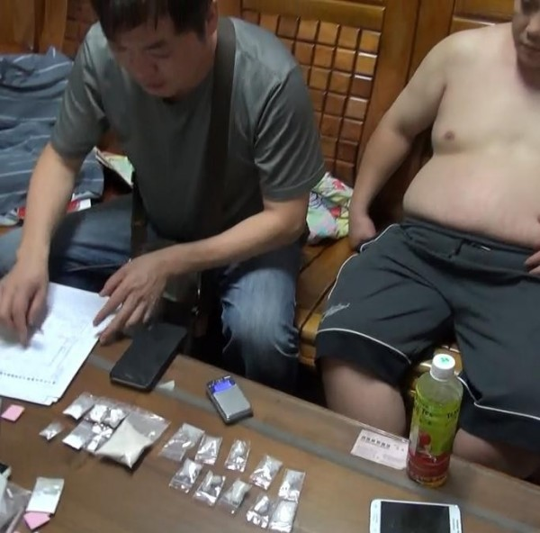 警方當場起出總重60多公克的海洛因、安非他命、K他命毒品等證物。(記者許國楨翻攝)