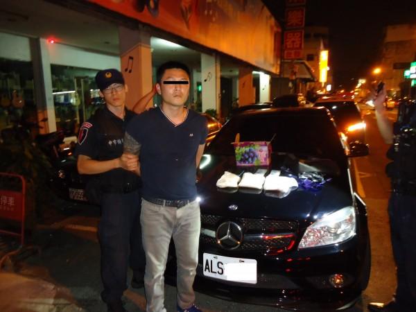 警方追趕20公尺逮捕企圖逃逸的吳男。(記者許國楨翻攝)