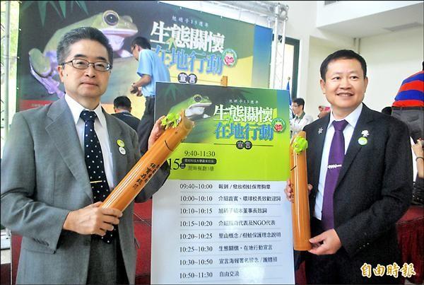 旭硝子董事長橋本溫人(左)與環球科大校長許舒翔(右)一起推動生態關懷活動,樹蛙存錢筒是第一件具體的合作作品。(記者詹士弘攝)