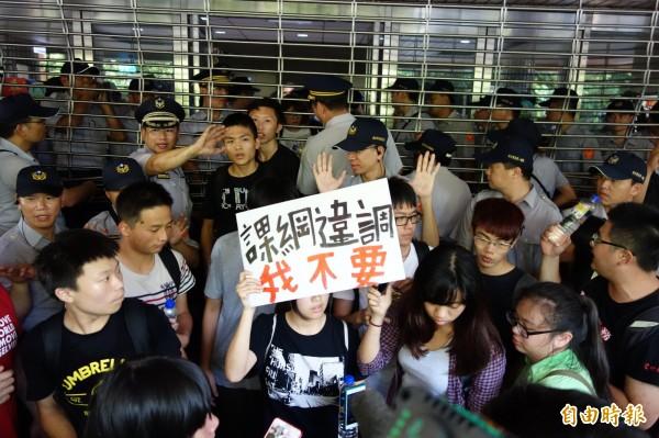 抗議反黑箱課綱的高中生預定7月22日包圍教育部,圖為學生13日在國教署門口抗議的畫面。(資料照,記者吳柏軒攝)