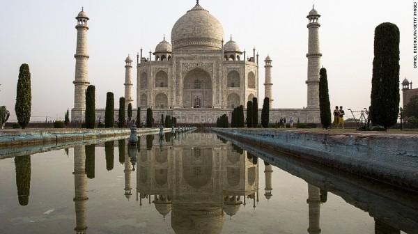印度一對情侶因為2人的宗教信仰不同,導致2人不能結婚,於是2人相約在印度知名古蹟泰姬瑪哈陵外割喉自殺。(圖擷取自CNN)
