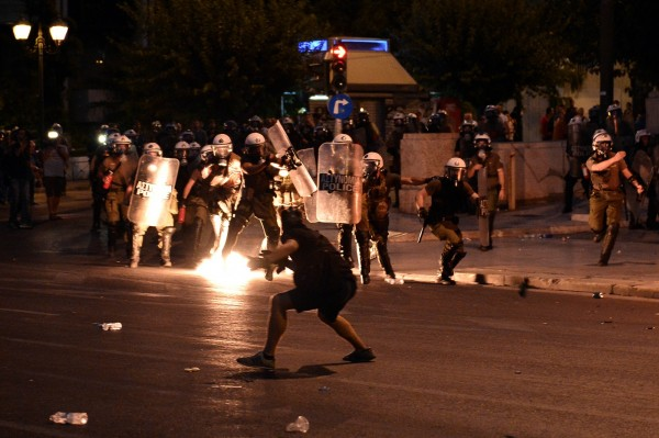 希臘民眾走上雅典街頭抗議,民眾向警方丟擲汽油彈。(法新社)