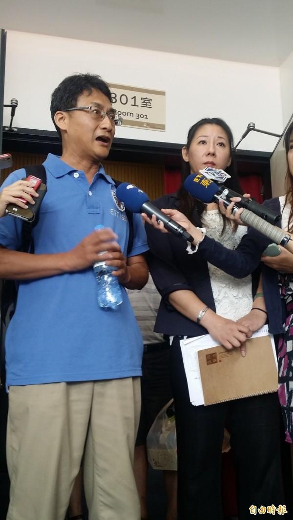 家屬代表在新北市八仙塵爆傷患家屬說明會後接受媒體採訪。(記者林惠琴攝)