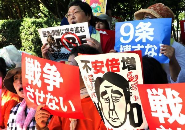 不滿安保法強硬通過,遊行示威者包圍國會以及首相官邸。(法新社)