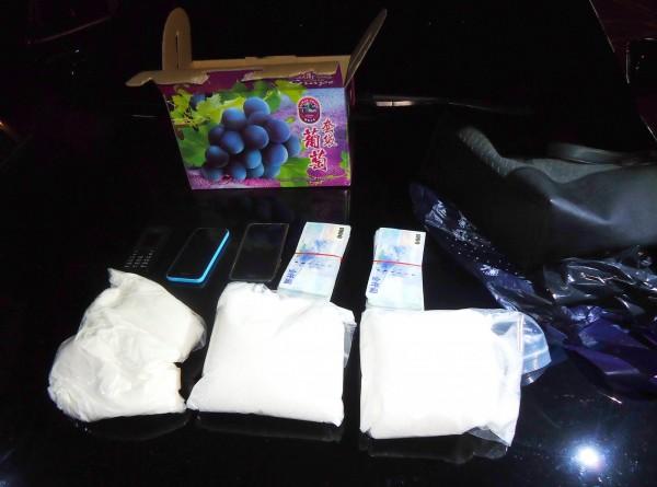 葡萄盒內裝的不是葡萄,竟是近3千公克的K毒。(記者許國楨翻攝)