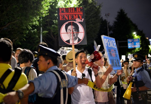 反對人士仍在國會外抗議。(法新社)