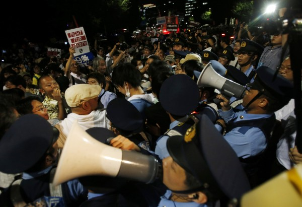 不滿安保法強硬通過,遊行示威者包圍國會以及首相官邸。。(美聯社)