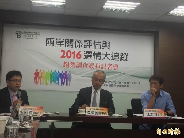 新台灣國策智庫上午召開記者會公布最新總統大選民調。(記者陳慧萍攝)