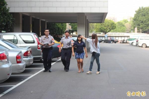 新北市議員曾煥嘉的愛子驚傳因噎奶死亡,涉業務過失致死罪嫌的印尼籍外傭帕迪瑪(右二)移送新北地檢署複訊。(記者陳慰慈攝)