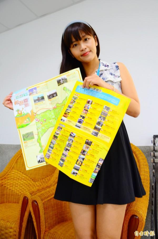 關廟區公所將推出新版的觀光導覽摺頁,帶領外地遊客吃喝玩樂,行銷在地特色。(記者吳俊鋒攝)
