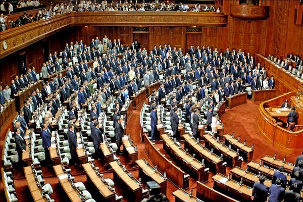 雖然在野黨強力杯葛,日本自民黨仍憑藉多數優勢,十六日在眾議院通過安保相關法案,象徵日本在二戰後的「和平國家」歷程出現重大轉折。(法新社)