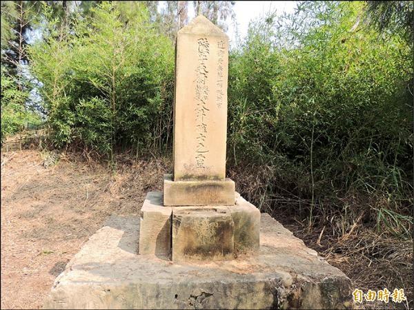 通霄鎮白東里東龍宮後山有一個一百二十年的石碑遺址,地方爭取列為歷史建築。(記者蔡政珉攝)