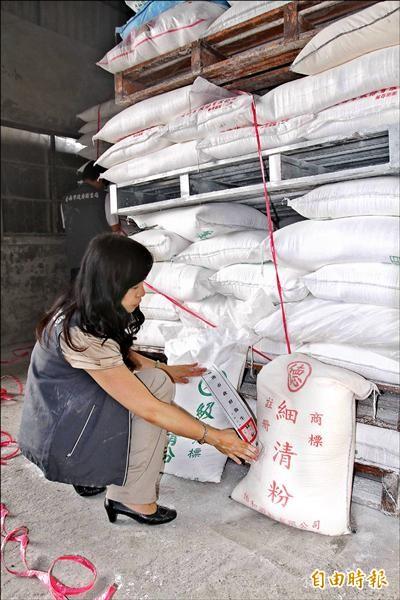 圖為台南衛生局人員前往「三進粉業」,查封廠內4千多包澱粉產品。(資料照,記者林孟婷攝)