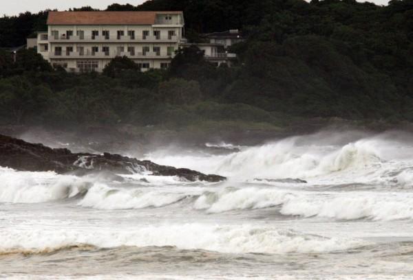 強烈颱風南卡直撲日本。(法新社)