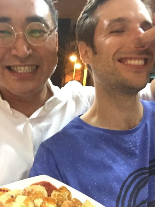 陳千浩帶著桂耶宏台灣吃透透,體驗臭豆腐。(取自La Tournée des popotes臉書)