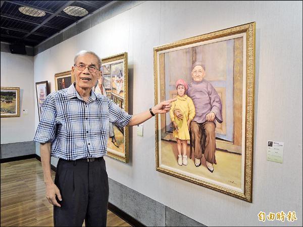 美國微生物科學院院士劉兆民,依照黑白老照片,畫出已故祖母與年幼時的大姊。(記者王善嬿攝)