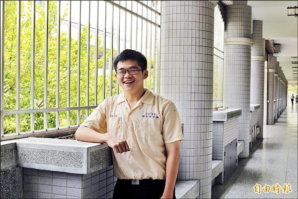 吳浩銘單純陪考,卻拿下大學指考雲林縣的第一類組最高分。(記者詹士弘攝)