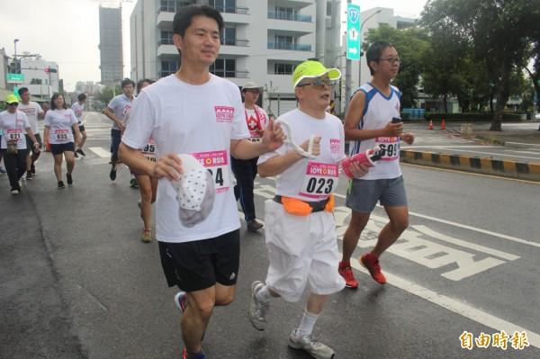 視障朋友在志工的陪跑下,順利完成人生的路跑初體驗。(記者蔡文居攝)