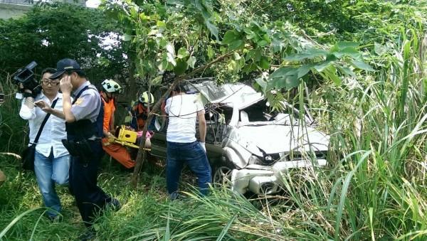 警、消將車上3名受困的男子救出,但已無生命跡象。(記者鄭鴻達翻攝)