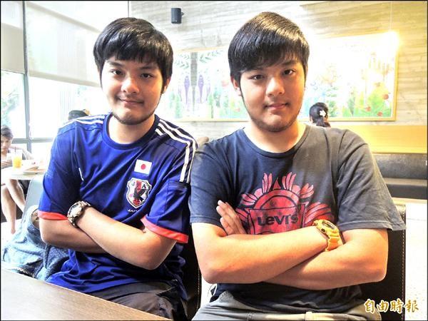 國立竹北高中雙胞胎兄弟王鴻鈞(右)、王鴻釗(左),分別拿下該校指考第二和第三類組的最高分。(記者廖雪茹攝)