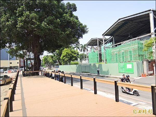 市府工務局花了二百多萬元施作木棧道搞烏龍,還沒使用就得先拆掉。(記者蔡文居攝)