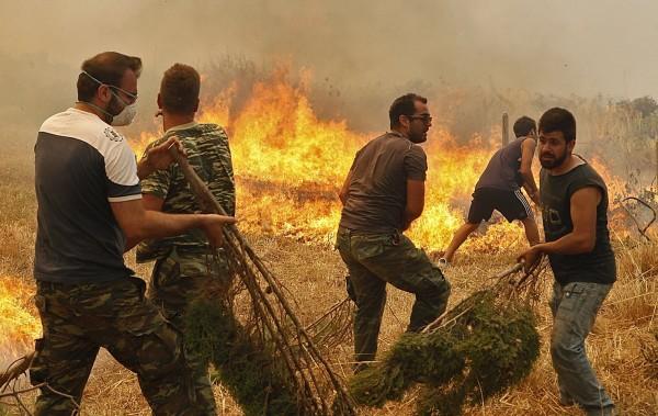 火勢延燒至雅典周邊、以及希臘南部伯羅奔尼薩半島(Peloponissos)。(路透)