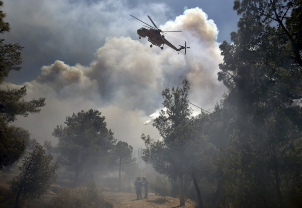 希臘雅典週邊發生森林大火。(路透)