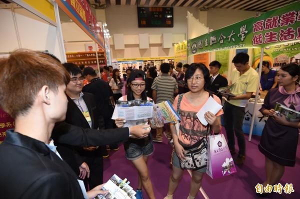 2015大學校院博覽會18日在台大綜合體育館登場。(記者廖振輝攝)