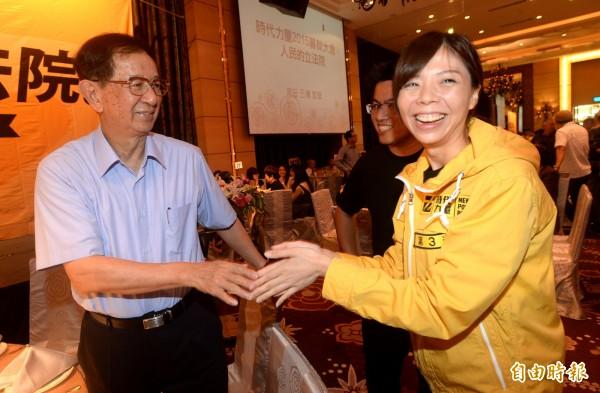 前中研院院長李遠哲(左)出席時代力量募款餐會,洪慈庸和他握手致意後,像似見到偶像般興奮。(記者林正堃攝)