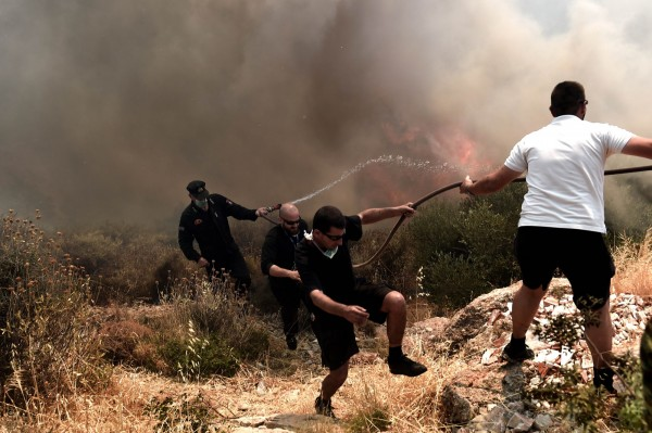 由於火勢也危及住家,有居民逃離家園避難,當地的空氣品質也變差。(法新社)